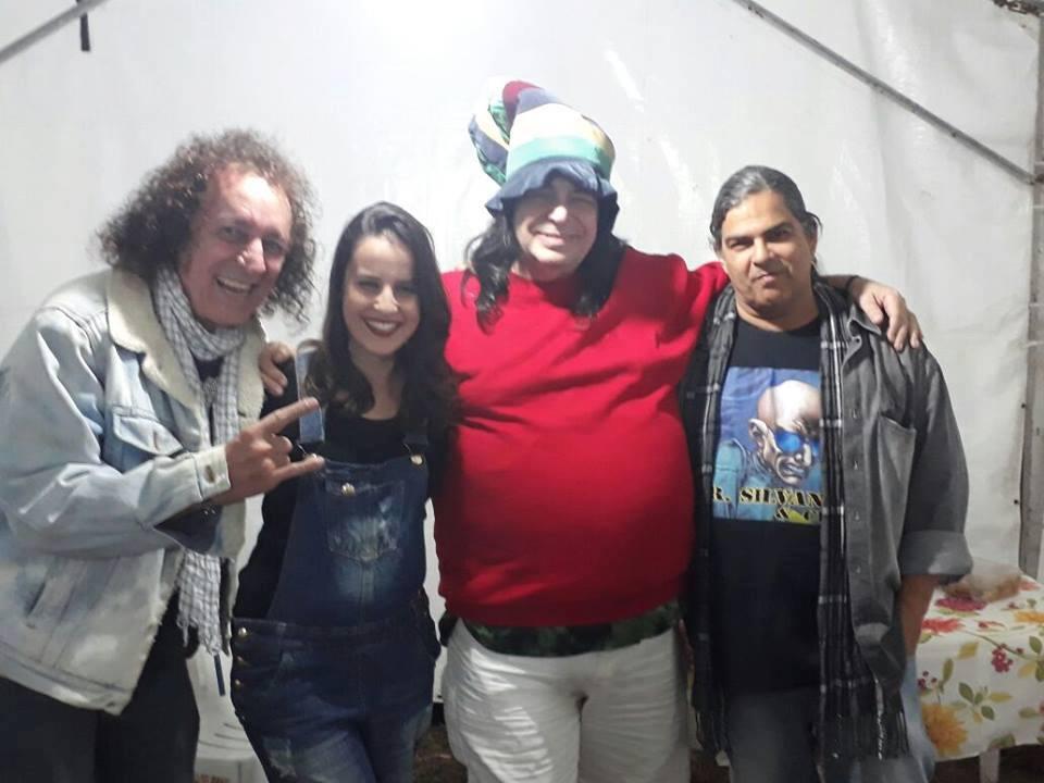 Na foto, os músicos: Cícero Pestana, Vagner Beraldo e Maurício Mello acompanhados da repórter Vanuza Resende na V Mostra de Artesanato & Cultura de Resende Costa