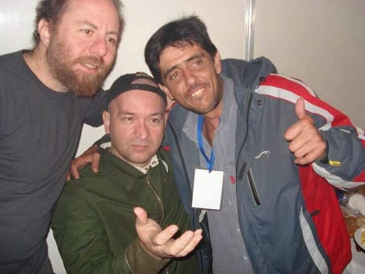 Na foto, o radialista Menguely, representando a Rádio inconfidentes em um bate papo com a banda, antes da apresentação na Exposição Agropecuária de Resende Costa.