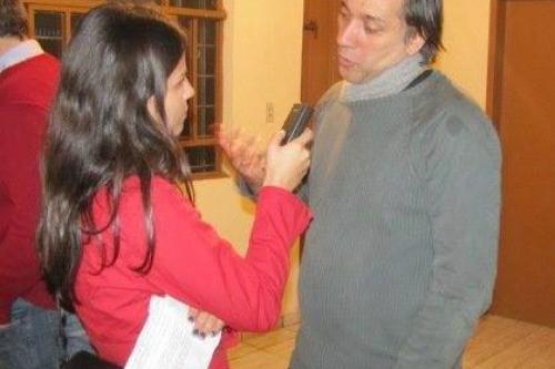 Na foto, Emanuelle Ribeiro e o vocalista da banda.